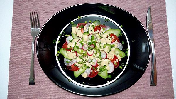Свіжий салат із редиски, огірків, помідорів та зеленої цибулі