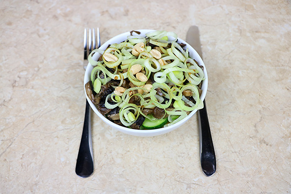 Пікантний салат з мідіями, цибулею-порей, шампіньйонами, огірком та макаронами