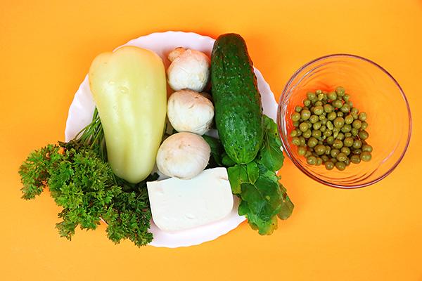 """Соковитий овочевий салат з печериць, огірка, солодкого перця, зеленого горошку, петрушки, руколи та сиру """"фета"""""""