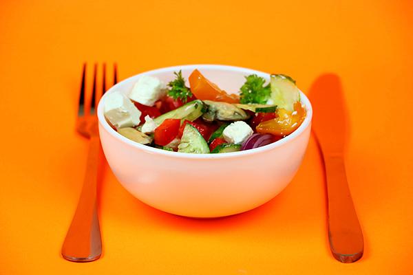 Витончений овочевий салат з мідіями, болгарським перцем, помідорами, огірком та фетою